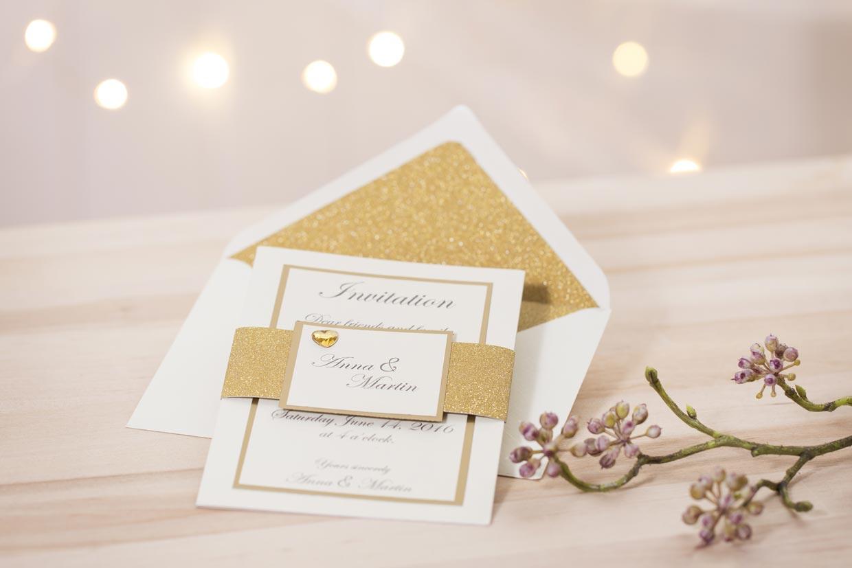 Bröllopsinbjudan med guld och glitter