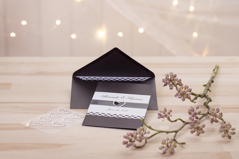 Bröllopsinbjudning i svart med vit papperspets