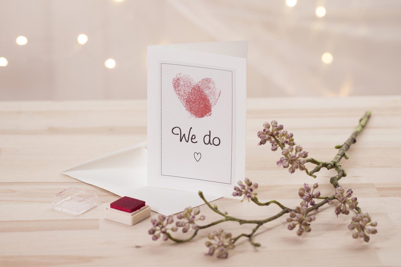 Bröllopsinbjudningar med hjärta av fingertryck