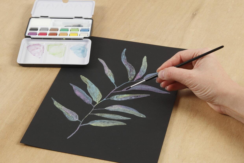 Måla med metallic akvarellfärg på svart akvarellpapper