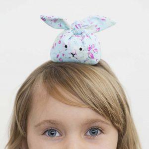 Påsk: sydda kaniner med plastkulor