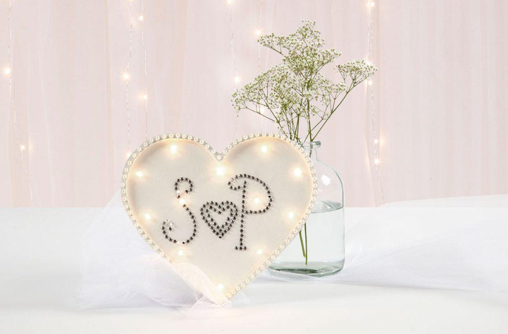 Bröllopsdekoration: Ljusboxhjärta dekorerad med rhinestones och halvpärlor