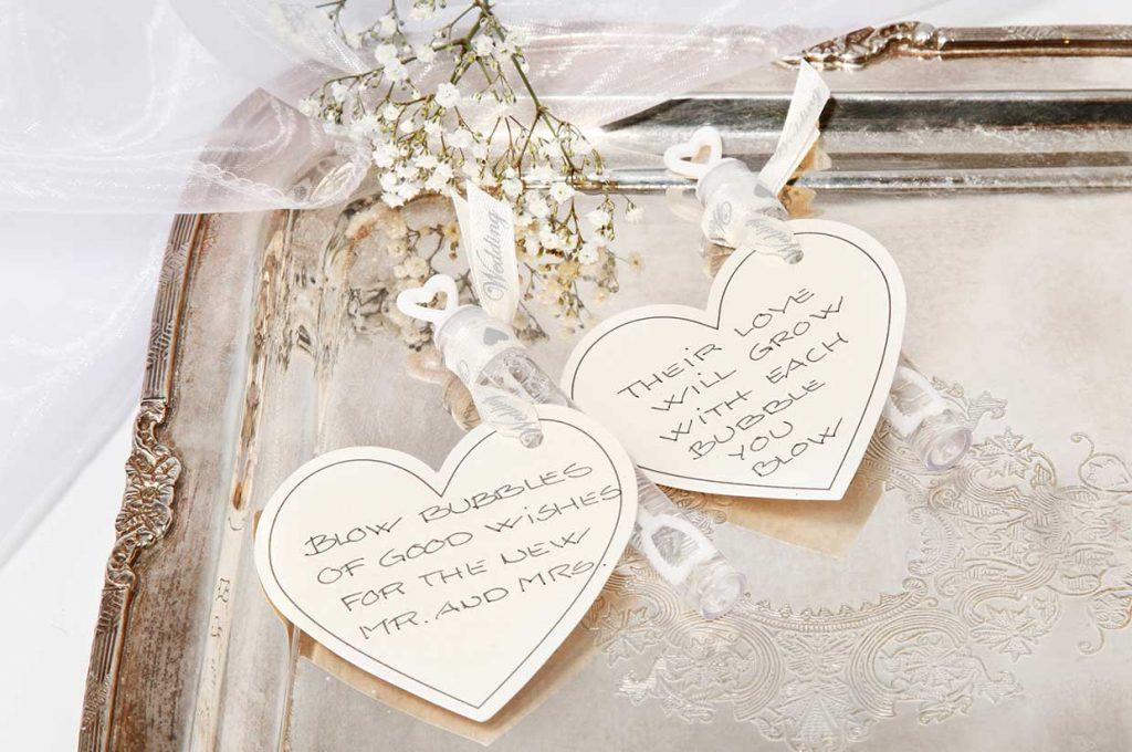 Bröllopsdekoration: Såpbubblor i rör dekorerade med kartonghjärtan i band