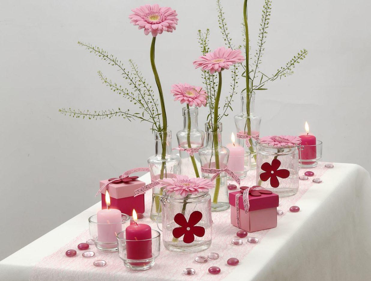 Konfirmation: Dukning i vitt och rosa med blommor