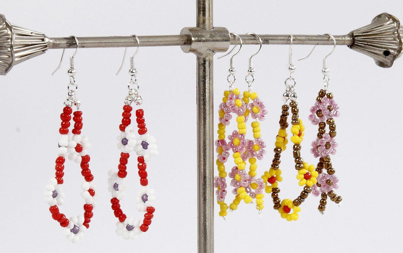 DIY smycketillverkning gör själv smycken örhängen med rocaipärlor