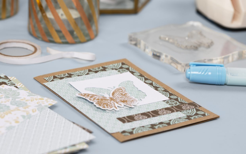 Var kreativ med folie, liten stansmaskin, dekorationsfolie i guld till dina gör egna kort