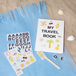 Sjov og kreativ ferie med børn - dekoration af notesbog med rub on stickers