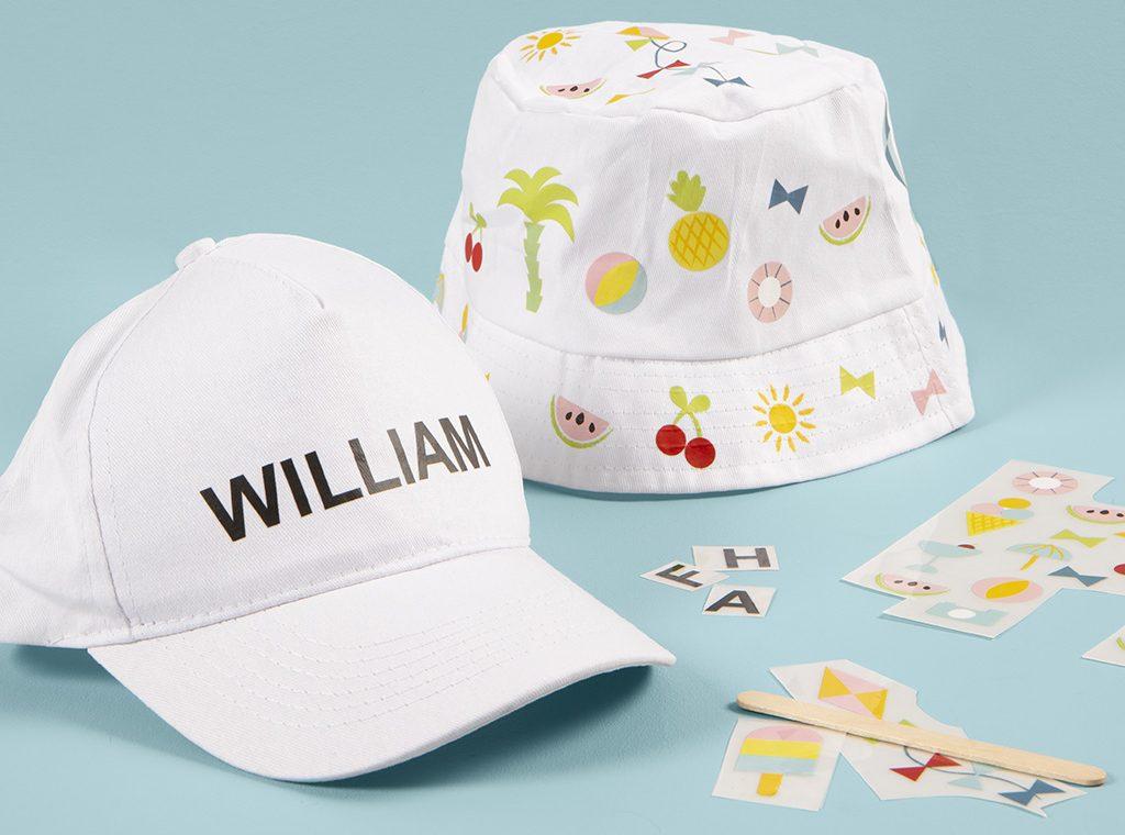 Rolig och kreativ semester med barn - dekorera egna hattar till sommaren med rub on stickers