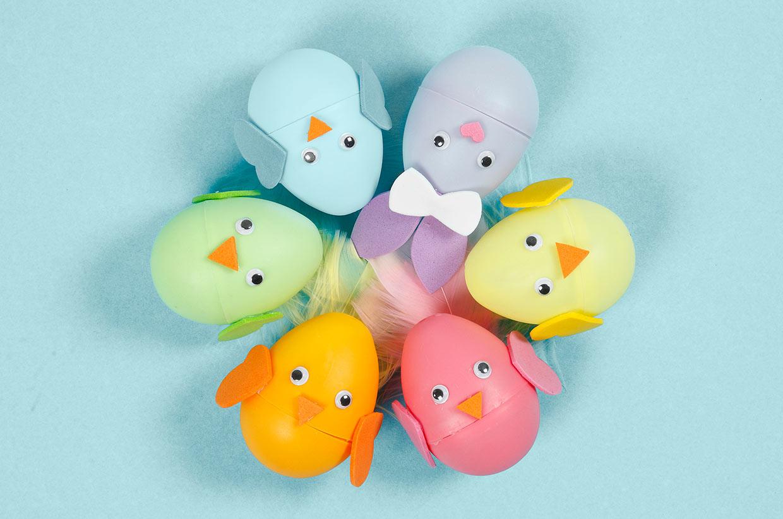 Påsk: Påskhare och kyckling av färgade ägg